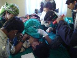 Guttene opereres mens medicenedeltar